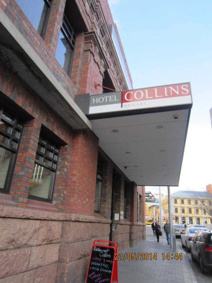 Entrance of Hotel Collins by the side
