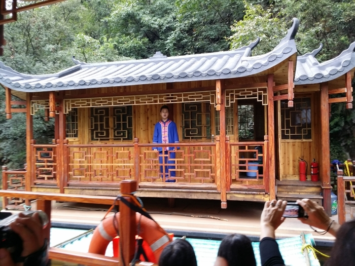 We came across a few of such houses during the cruise, here the guy (阿哥) appeared as we got a female passenger to cross sing with him ;)