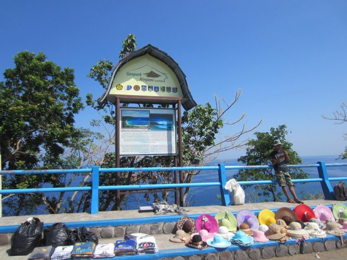 As with all tourist spots in Indonesia, there're a few peddlers here trying to earn the tourist dollar ;)