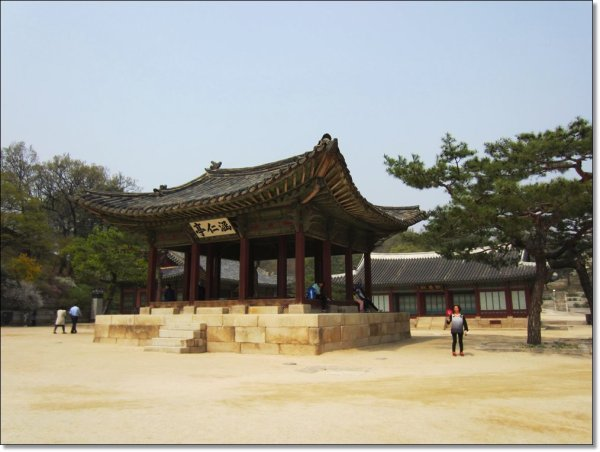 Haminjeong was where banquets were held and where the king received high performing civil and military officials at the palace
